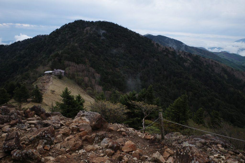 大菩薩峠から見る介山荘と熊沢山