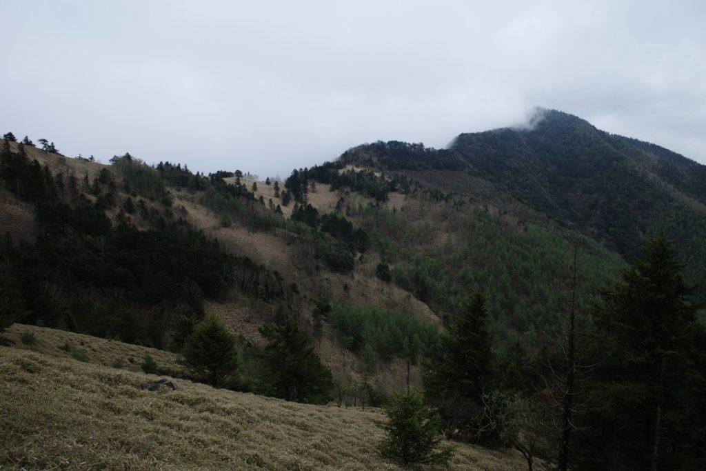 石丸峠と上日川峠方面に進んだ場所からみた狼平方面