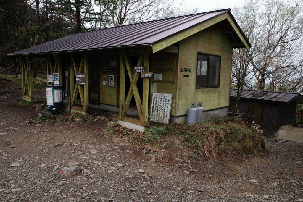 介山荘隣りの休憩所&トイレ