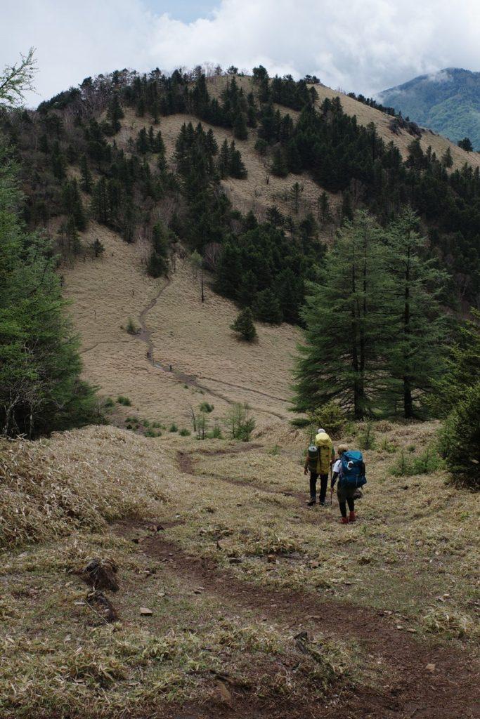 熊沢山山頂から見る石丸峠と天狗棚