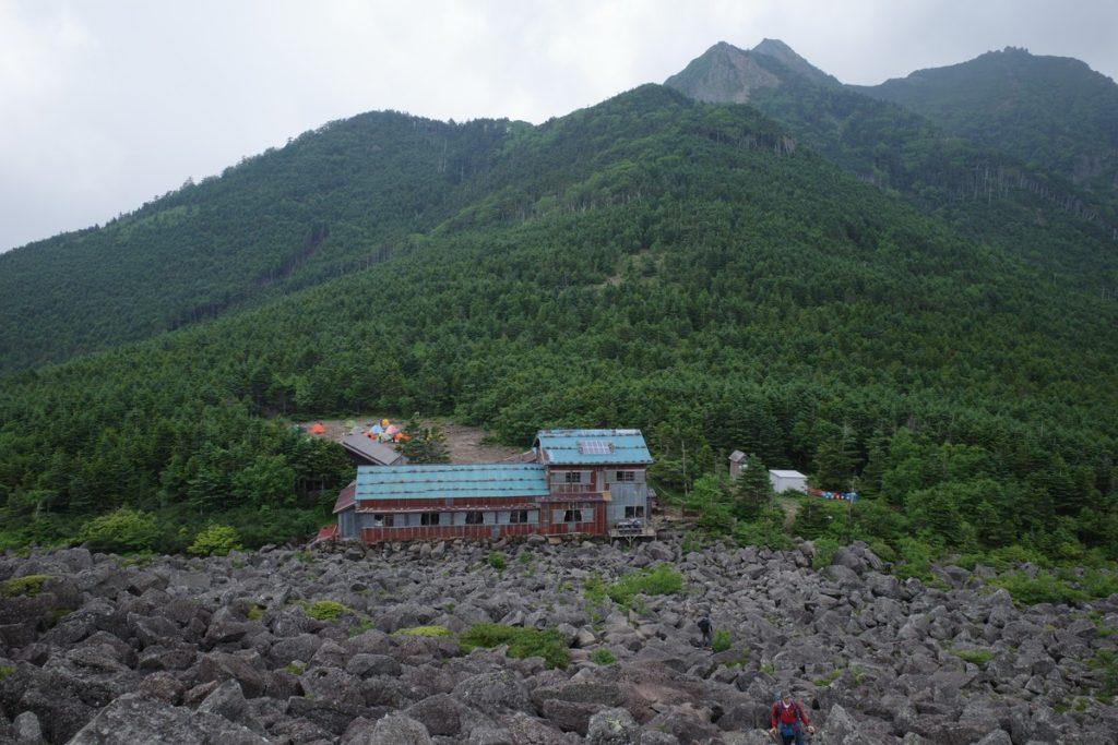 編笠山山頂直下からみた青年小屋