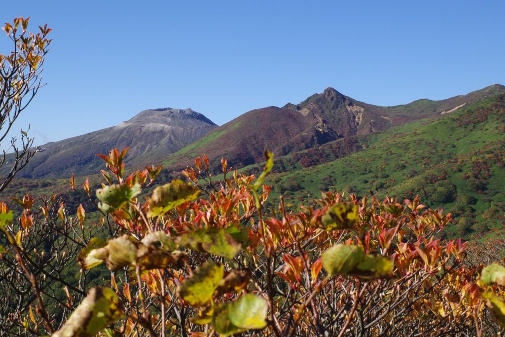 紅葉の向こう側に見える茶臼岳と朝日岳