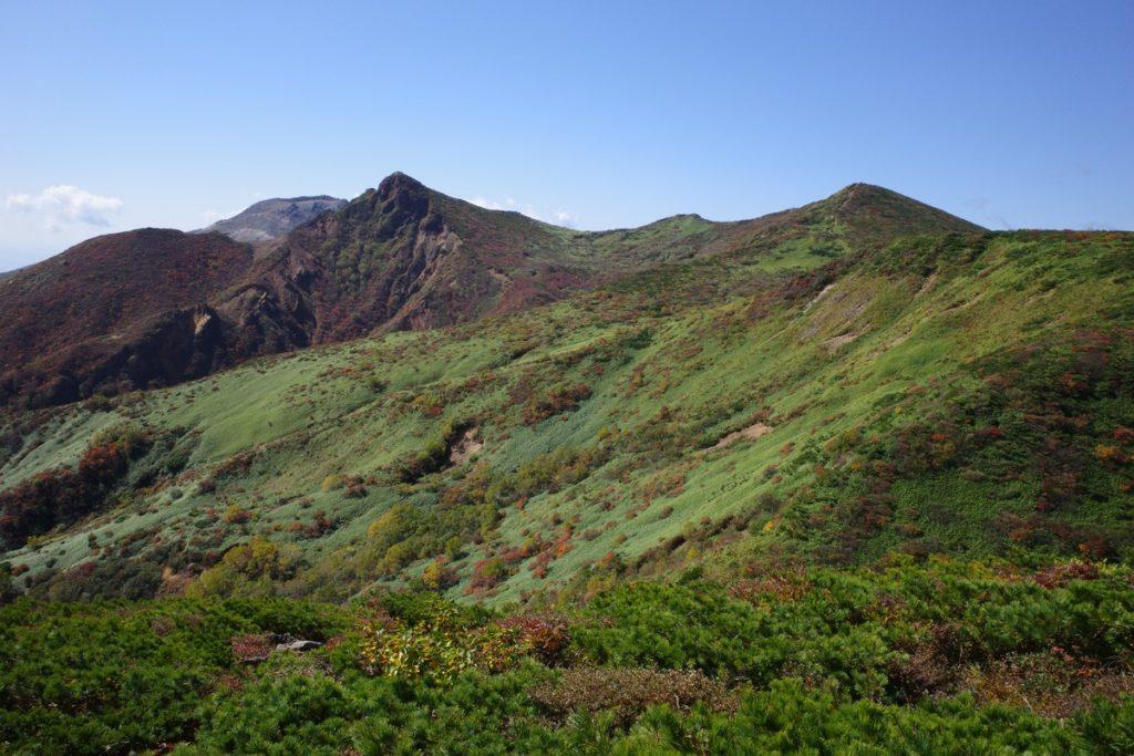スダレ山付近から見る朝日岳と熊見曽根